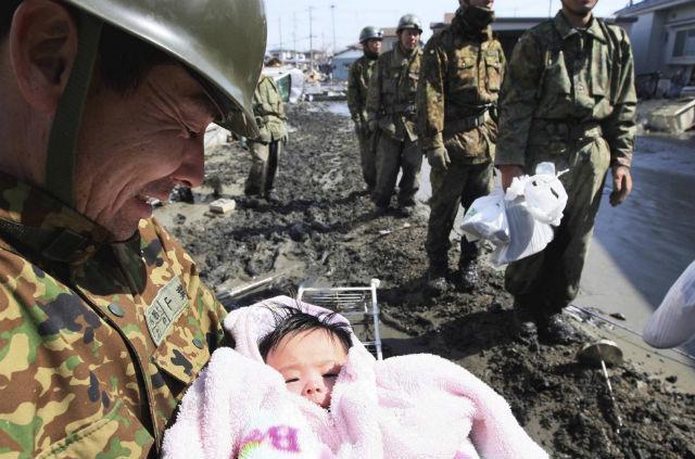 Vojnik drži u naručju tek spašenu četvoromesečnu bebu